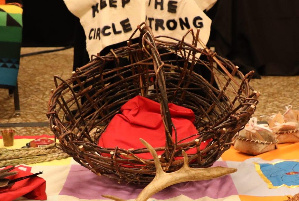 Panier en osier rouge